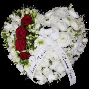 Cuore fiori bianchi e rose rosse